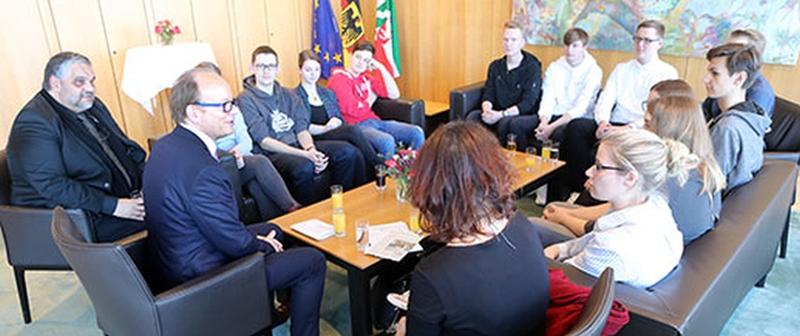 Landtagspräsident André Kuper (2.v.l.) und Vizepräsident Oliver Keymis (l.) im Gespräch mit den Schülerinnen und Schülern der Realschule Korschenbroich.