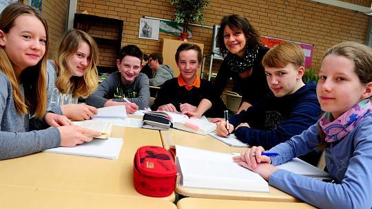 Die Schüler der Geschichtswerkstatt mit Lehrerin Eva Hermanns bei der Arbeit. An zwei Tagen pro Woche probt die Gruppe zurzeit für ihren Auftritt beim Konzertabend. FOTO: Reichartz