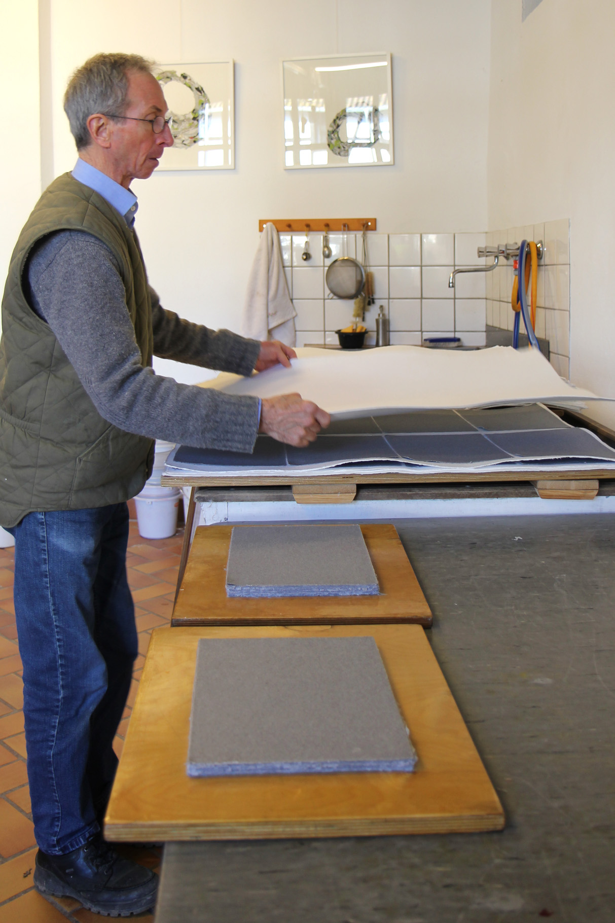 John Gerard legt die gepressten Bogen zwischen Löschblätter, wo sie etliche Tage lang trocknen