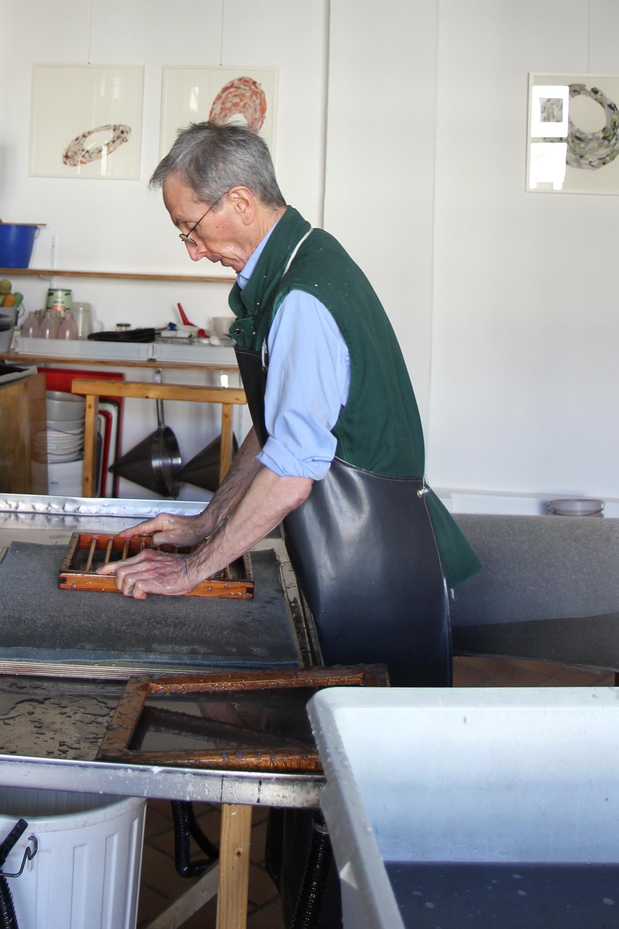 Das frisch geschöpfte Papiervlies wird auf einen Stapel nasse Filze gegautscht...