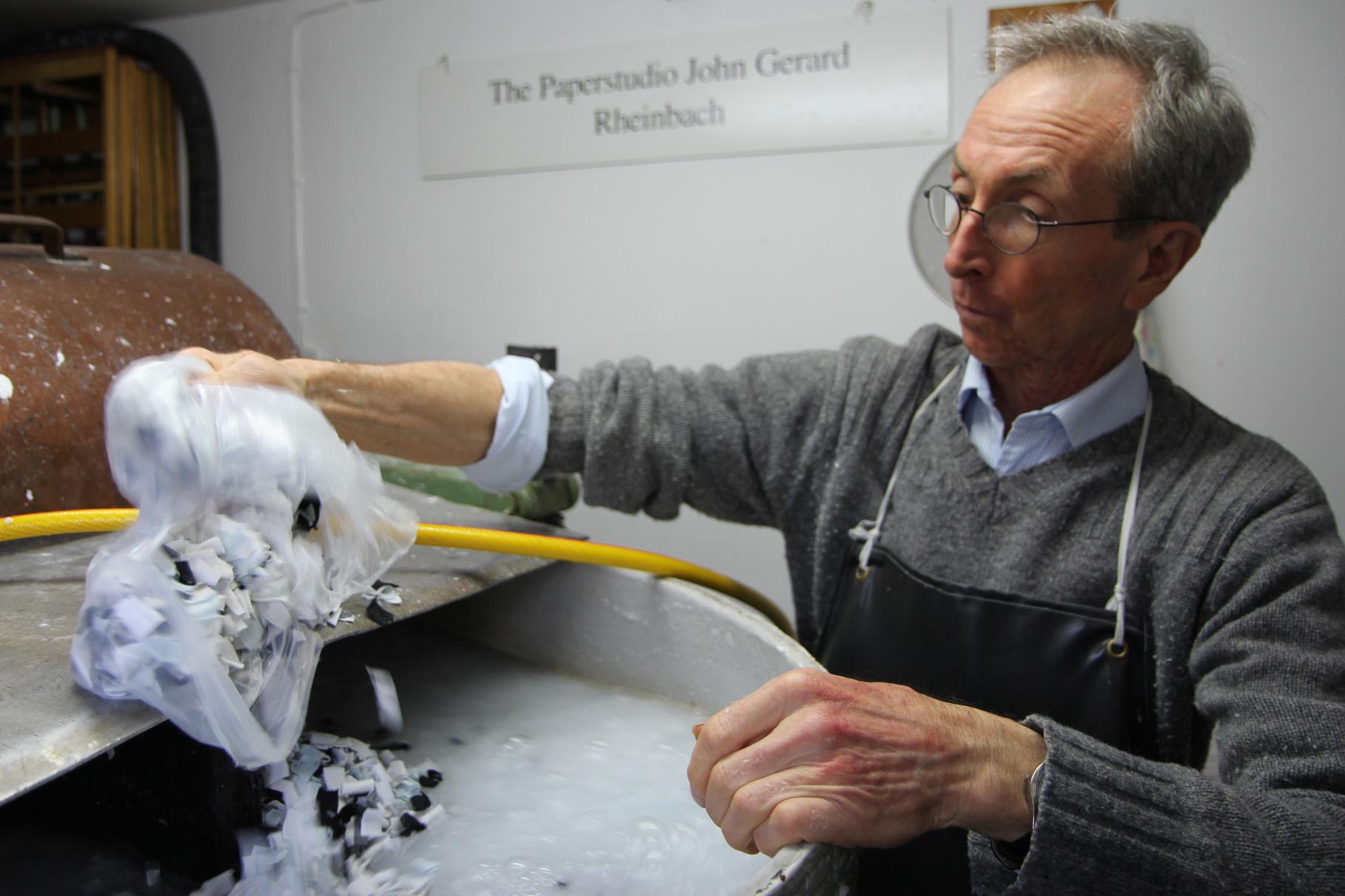 John Gerard gibt die kleingeschnittenen Textilien in den Holländer