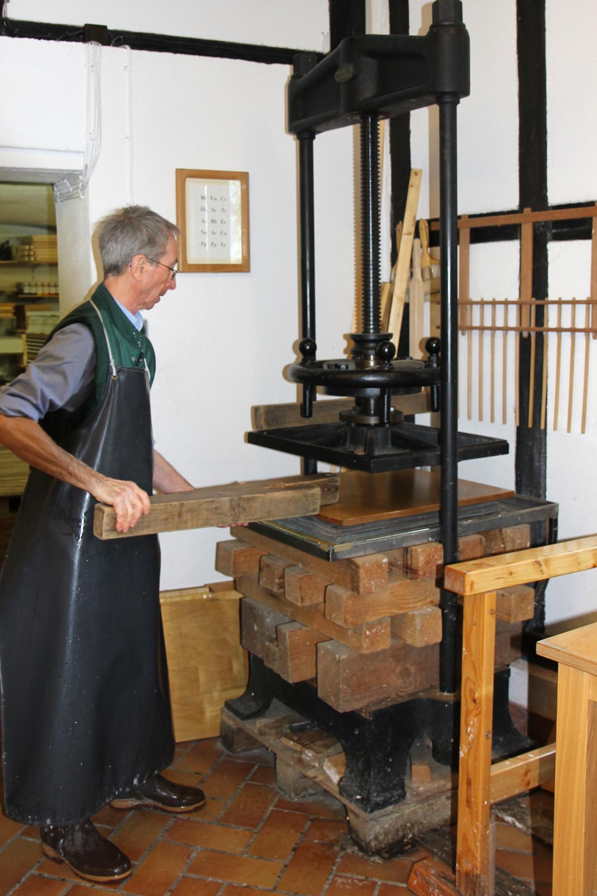 John Gerard deckt den Pauscht mit einem Brett ab und legt Balken zur besseren Druckverteilung auf den Pauscht