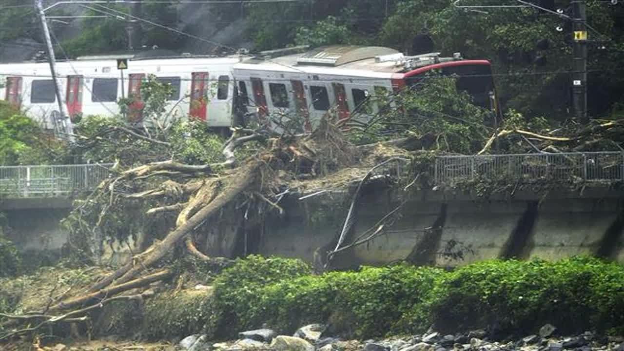 走行中の列車が土砂の線路への落下で乗り上げ立ち往生、乗客にけがはなし、復旧に目途立たず。