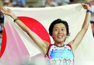 日本国旗を掲げて喜びのラン、金メダルに日本中が感動