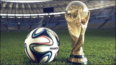 ワールドカップの優勝トロフィーとサッカーボール