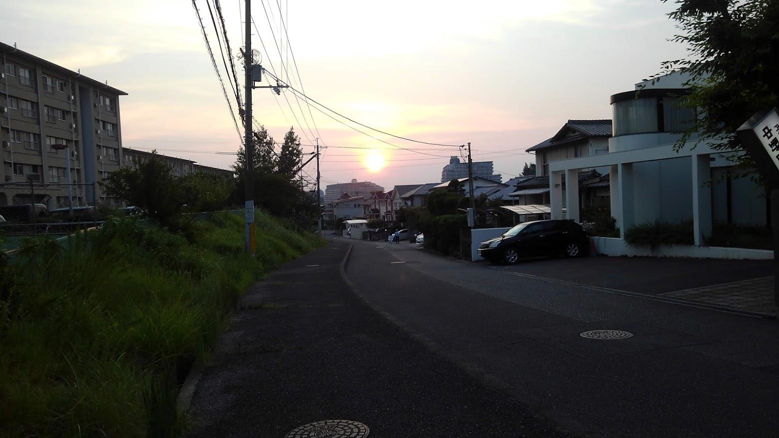 住宅地から見た太陽の沈む瞬間 スマホでシャッター いつまで続く猛暑