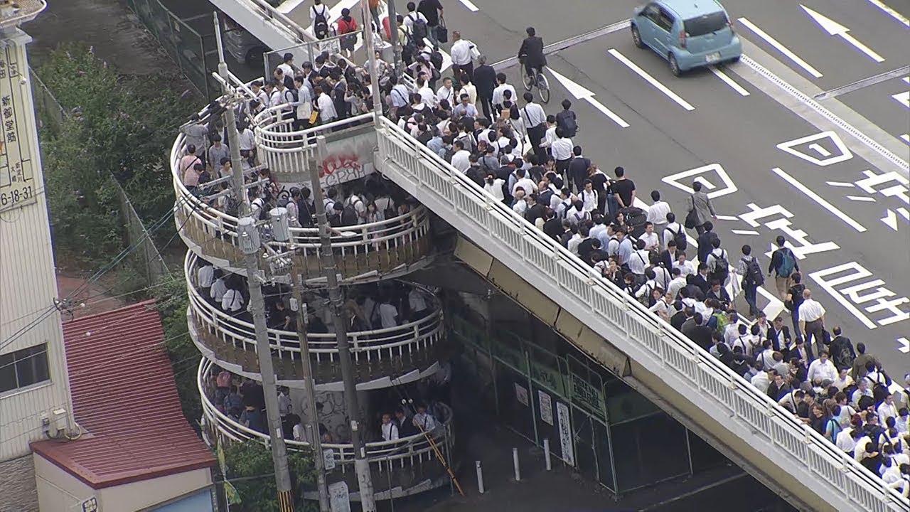 大阪市内と震源地の北部間の新御堂筋淀川橋が夕方徒歩で帰宅する人・人!