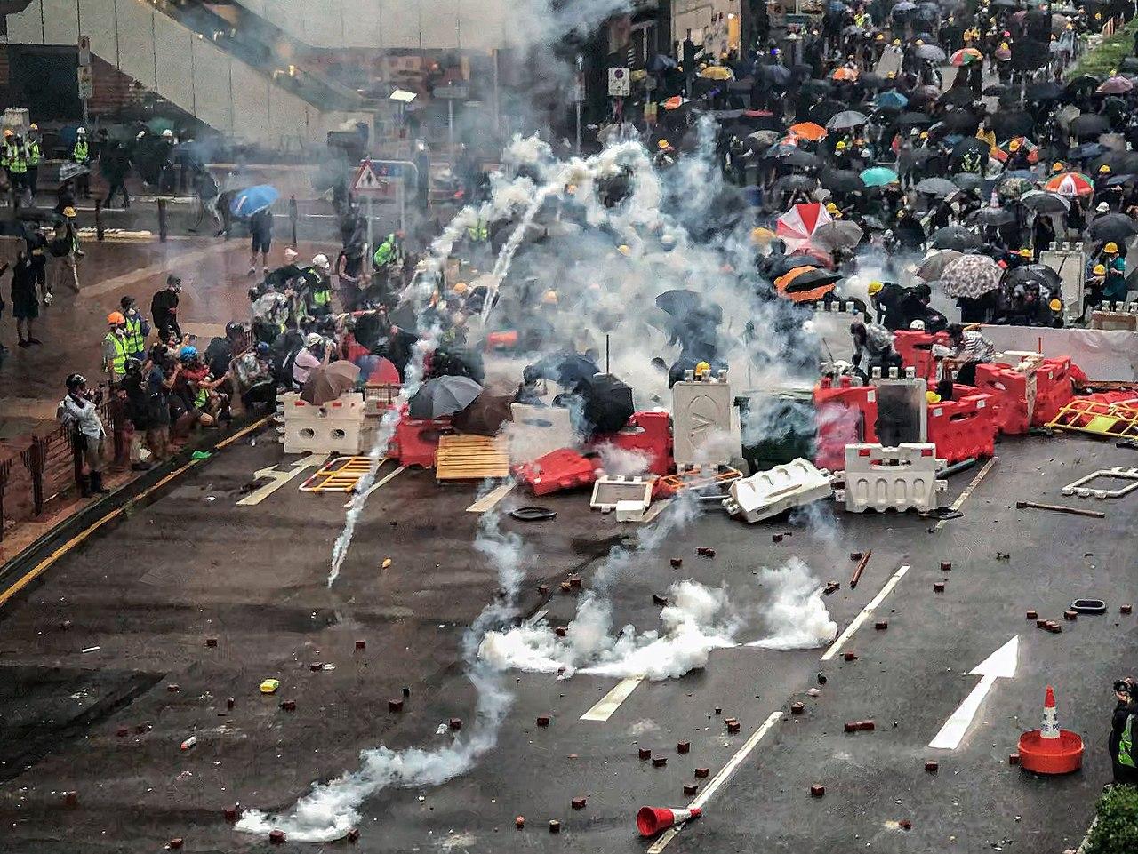 香港デモが過激化し政府警察と激しく対立