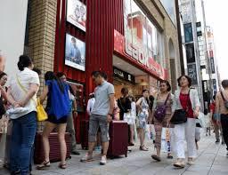 ほとんどが外国人旅行者で圧倒される街