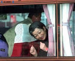 """美智子妃殿下 バスの中から""""がんばろう"""""""