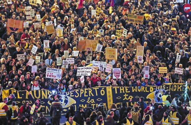 マドリードに集まった環境への訴えに集まった人々のアピール