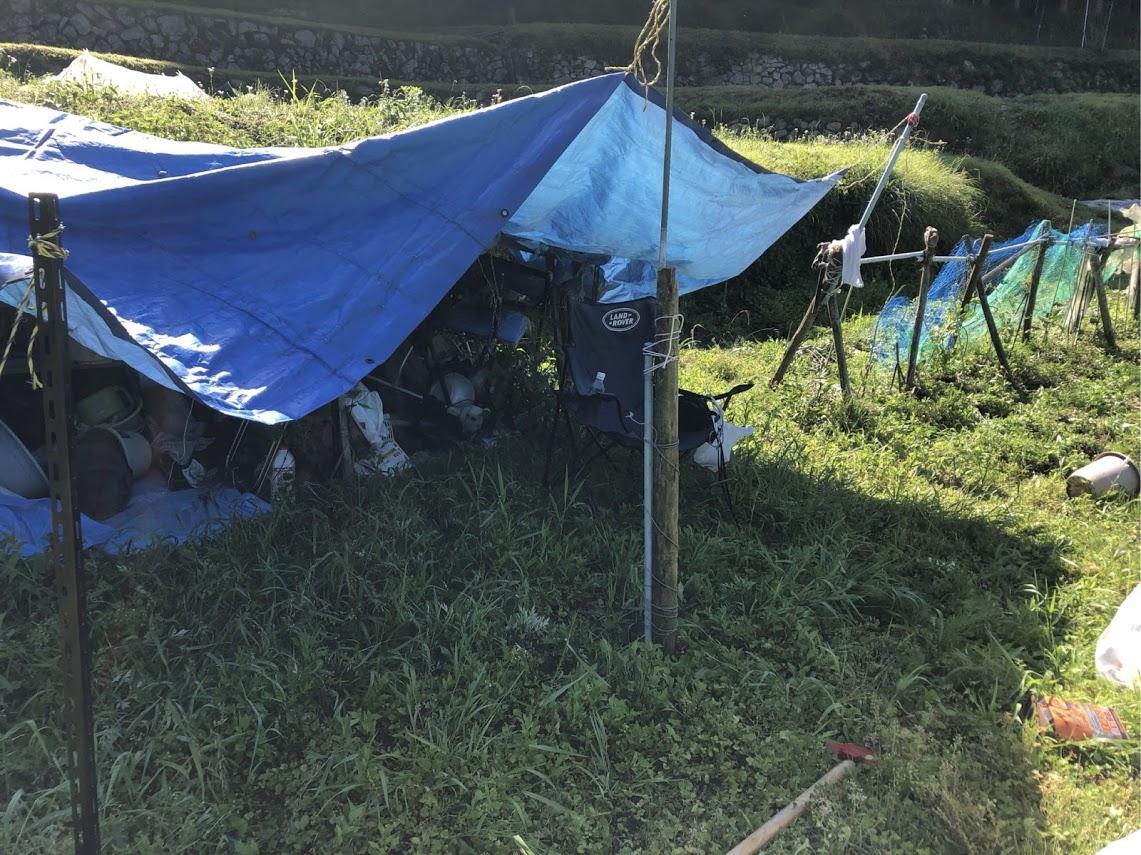 箕面山麓の畑の中にシートの別荘です。