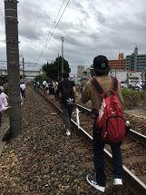 線路に降り最寄りの駅まで歩き始めました。