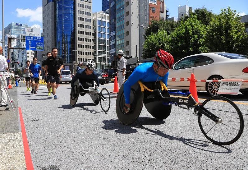 車いすマラソンは地面に近くもっと熱い中での戦いになります。