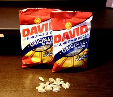 袋入りのナッツです。