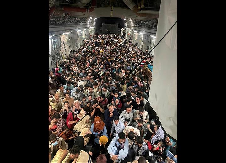 アフガニスタン 空港に殺到する退避難民