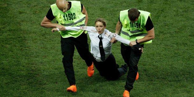 決勝戦の試合前にロシアのプーチン大統領に反発するメンバーが乱入