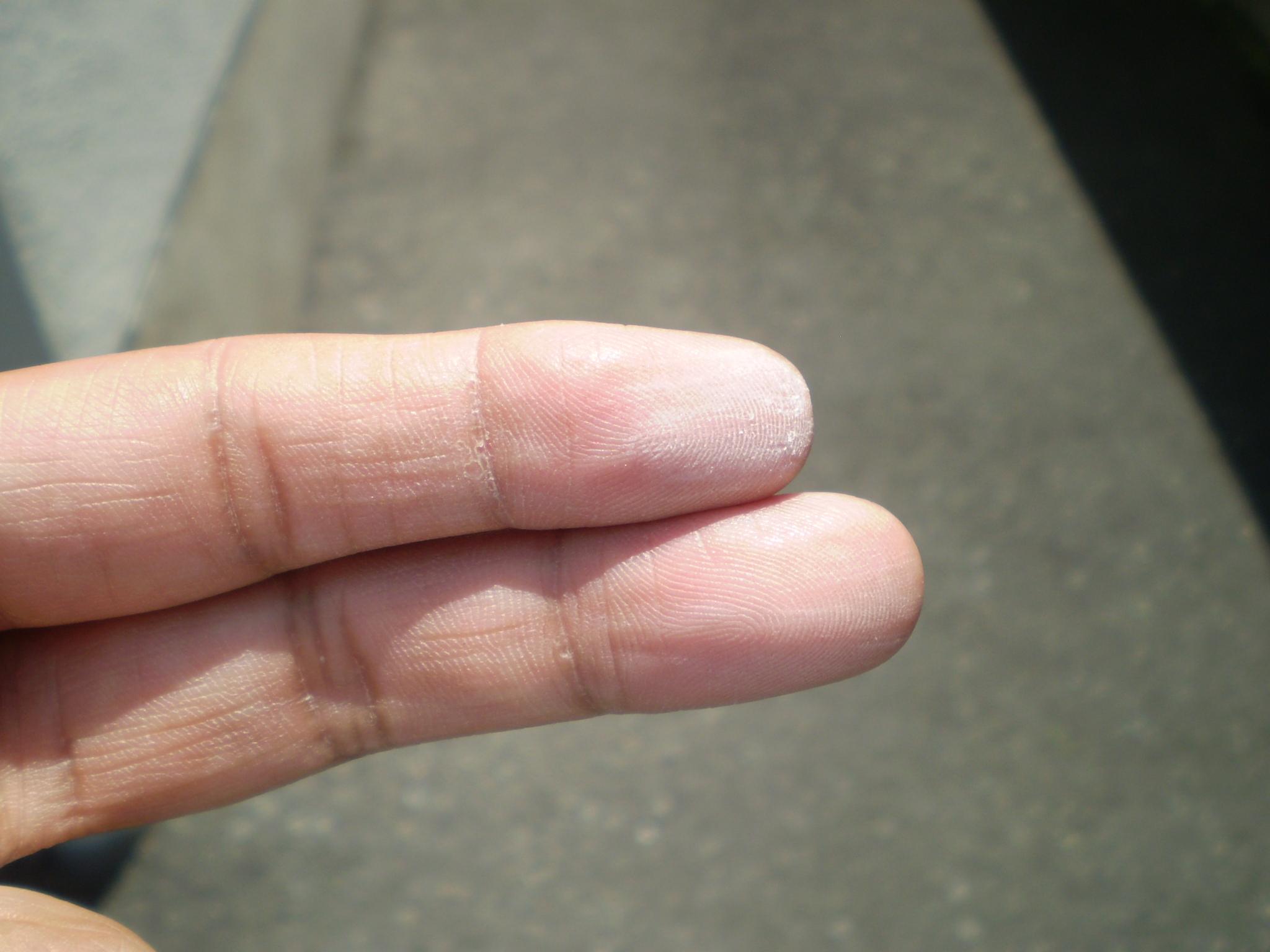 物置棟の別の場所でも劣化度があり指にチョーキング現象による粉が付着します。