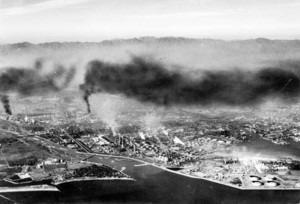 四日市公害、黒い煙が漂うコンビナート