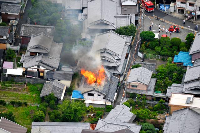 震災による民家の火災が発生、狭い道路に消防が遅れる。