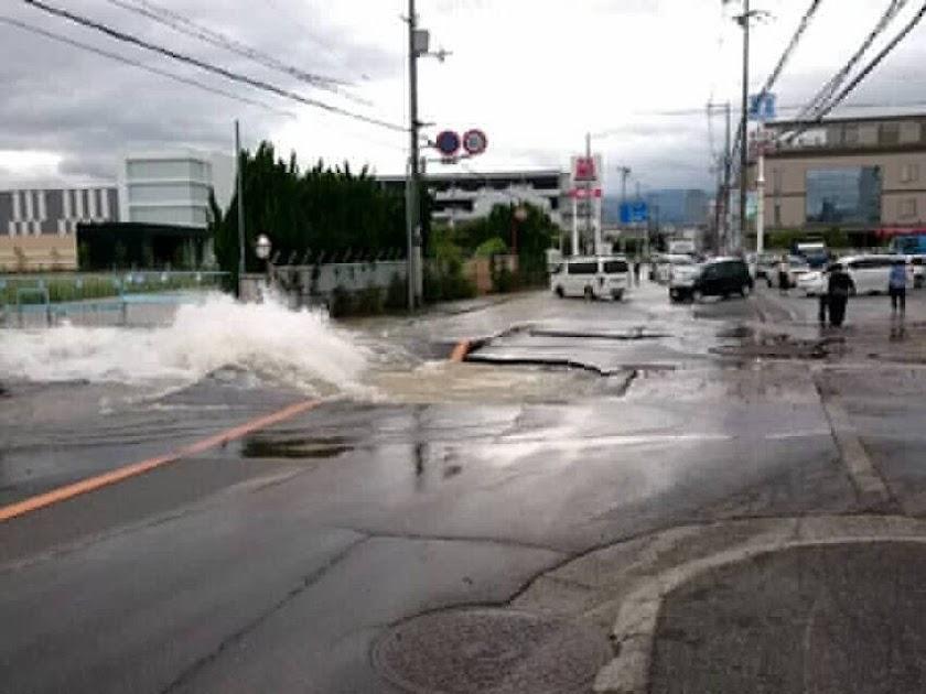 水道管が損傷し水が噴き出し、周辺の地域の断水が起こりました。