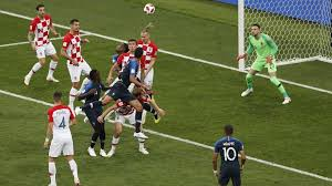 ゴール目指して攻める側と守る側の必死の攻防に見てる人は興奮とかたずをのむ