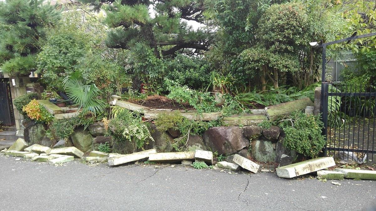 40年以上耐えてきたブロックが道路に散乱