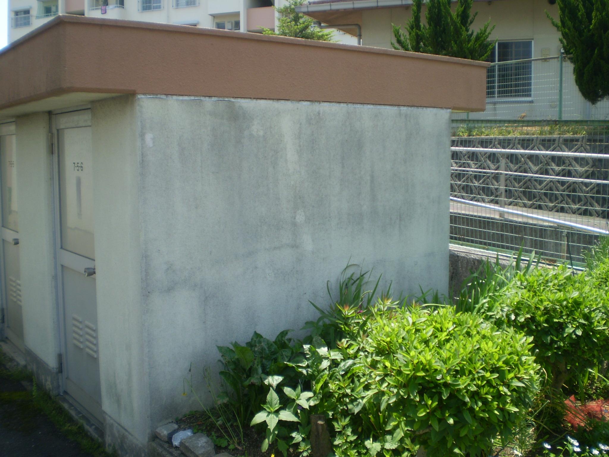 物置棟の一般塗装の劣化等による汚れが付着して黒く汚れて醜い壁色になっています。