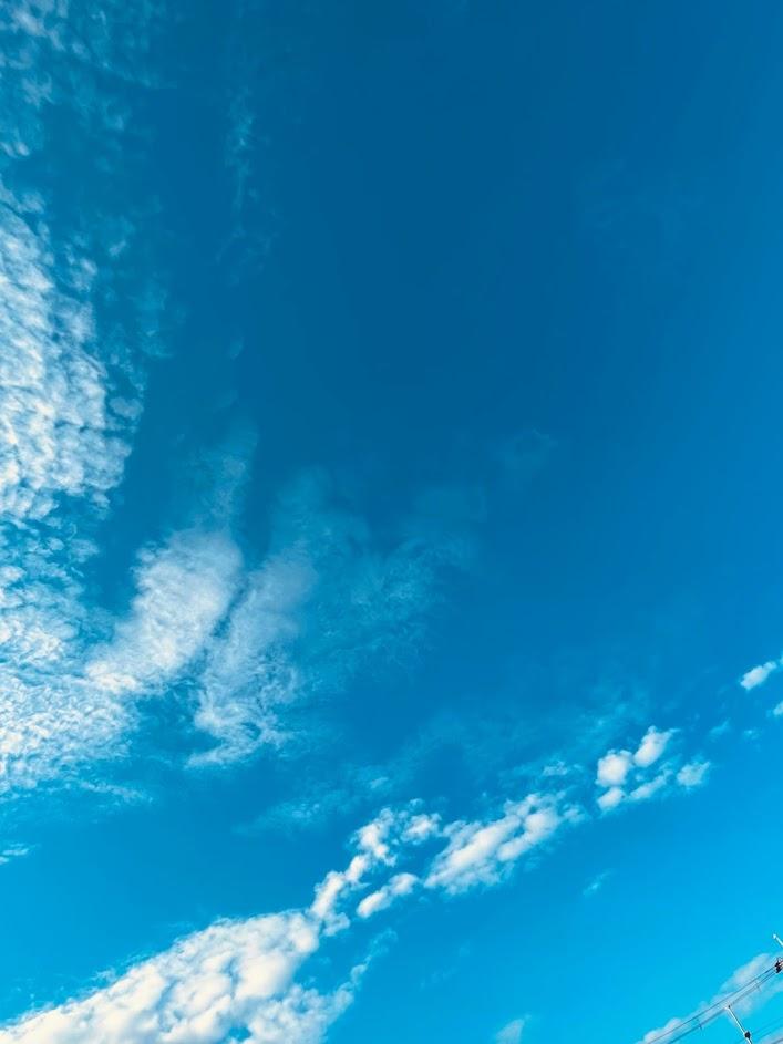 梅雨期の合間に浮かぶ雲と青空
