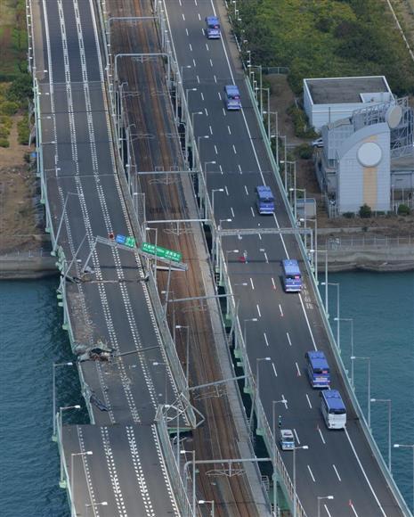 ずれた路線が鉄道橋に架かり、損傷ストップ