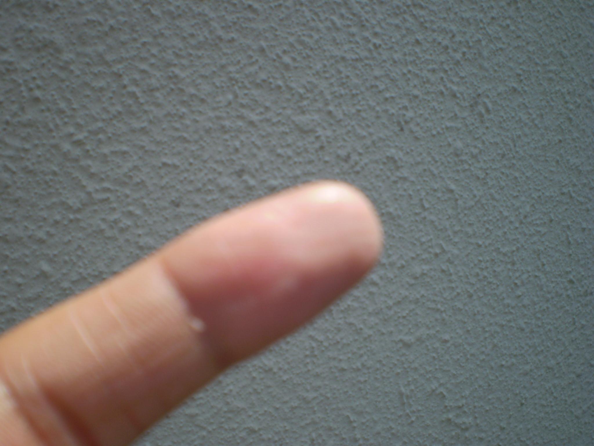 人差し指でなぞっても塗料が劣化していないことがわかります。