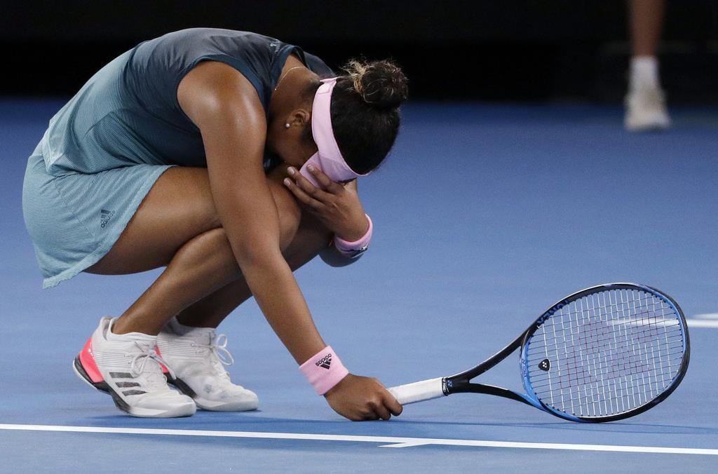 勝利の瞬間、しゃがみこんで顔を覆う涙