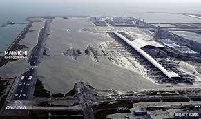 関西国際空港A滑走路が海水で覆われる。