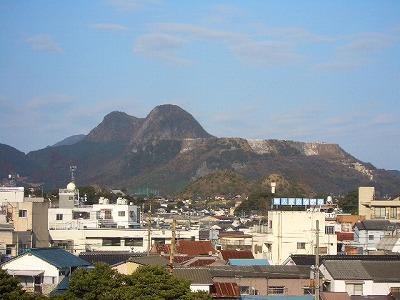 田川市の山右側は上部を切り取って石炭を掘りだした跡
