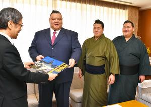 兵庫県庁に副知事に田子の浦親方表敬