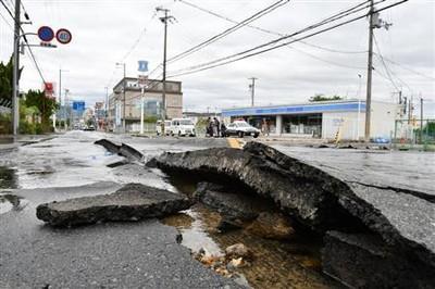 水道管が損傷し水が噴き出し、周辺道路が陥没しました。