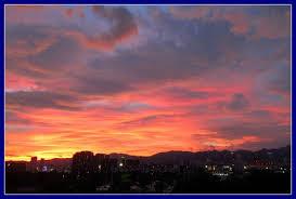 画像から拾い出した真っ赤に染まった夕日と雲です。