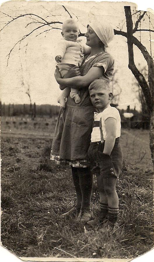 Bodo, Kinderfrau, und Eberhard Katterwe Marz 1932 Osseg Krs. Grottkau