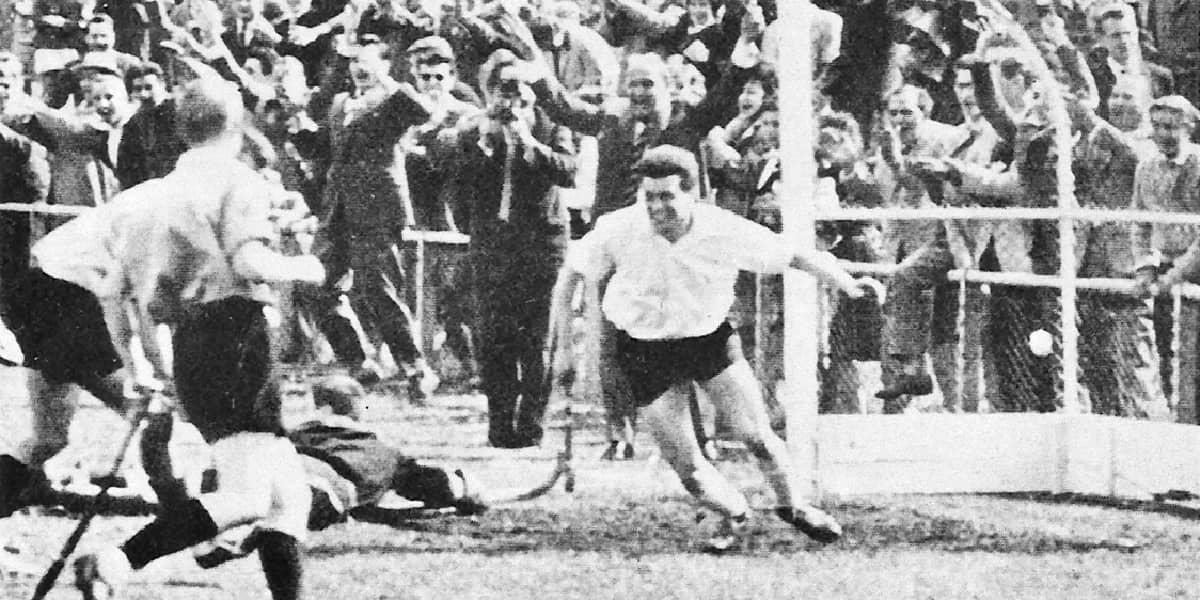 1960 | Sensation! Arthur Heil bringt mit einem Bombentor gegen Uhlenhorst Hamburg den KHC in die Zwischenrunde zur Deutschen Meisterschaft.