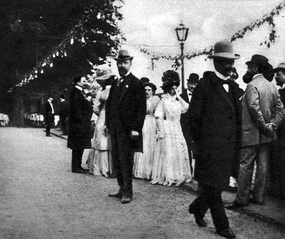 Lingner als Gastgeber vor der Villa Stockhausen (Lingner-Schloss)