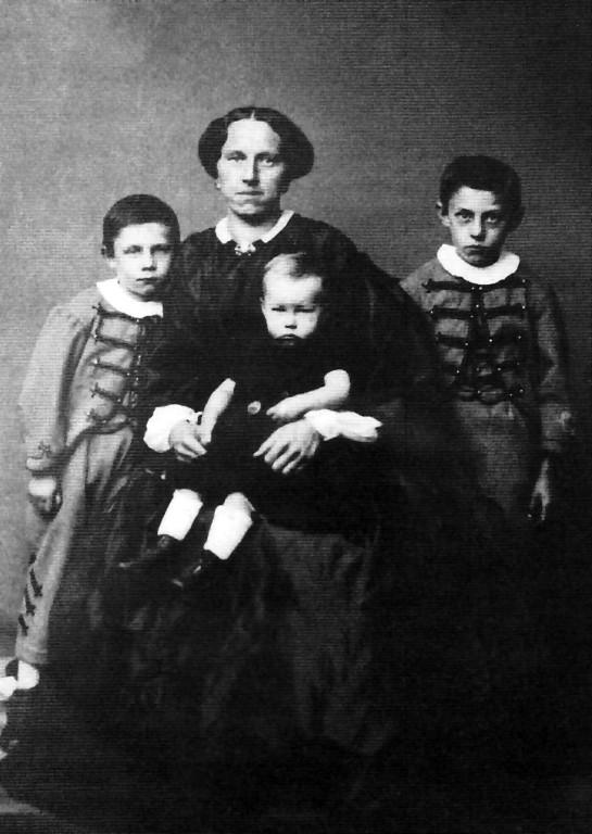 K.A.Lingner auf dem Schoß seiner Mutter mit seinen Brüdern