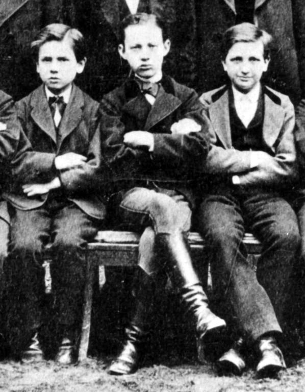 Lingner (mit Stiefeln) als Schüler