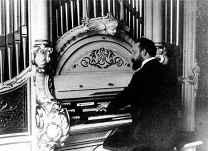 K. A. Lingner an seiner Orgel in der Villa Leubnitzer Str.30