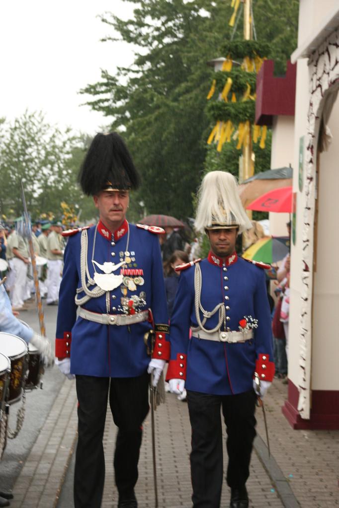 links Hauptmann Andreas Kluthausen, rechts Majoradjutant Malik Bensikaddour