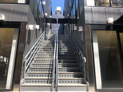 ヘッドスパ専門店ムーラ・アダーラのビルは2階です。