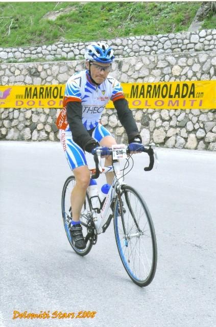 Paolo sui tornanti del Pordoi alla Dolomiti Stars