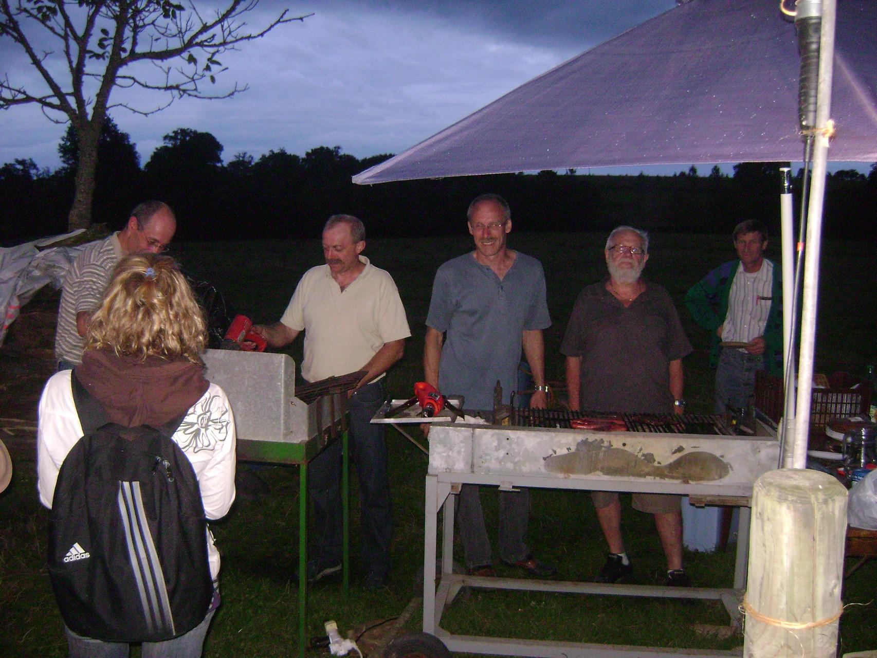 Les barbecues sont prêts à recevoir saucisses, côtes, grillades