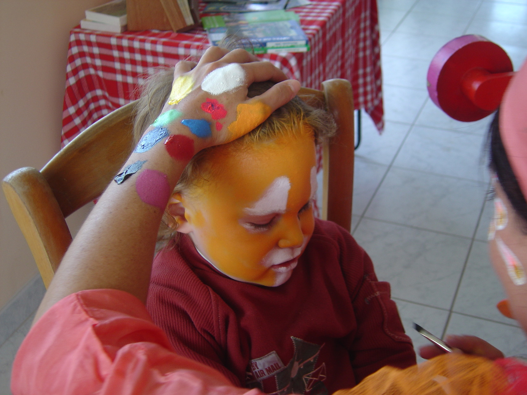 Séance de maquillage. Antoine est transformé en tigre.