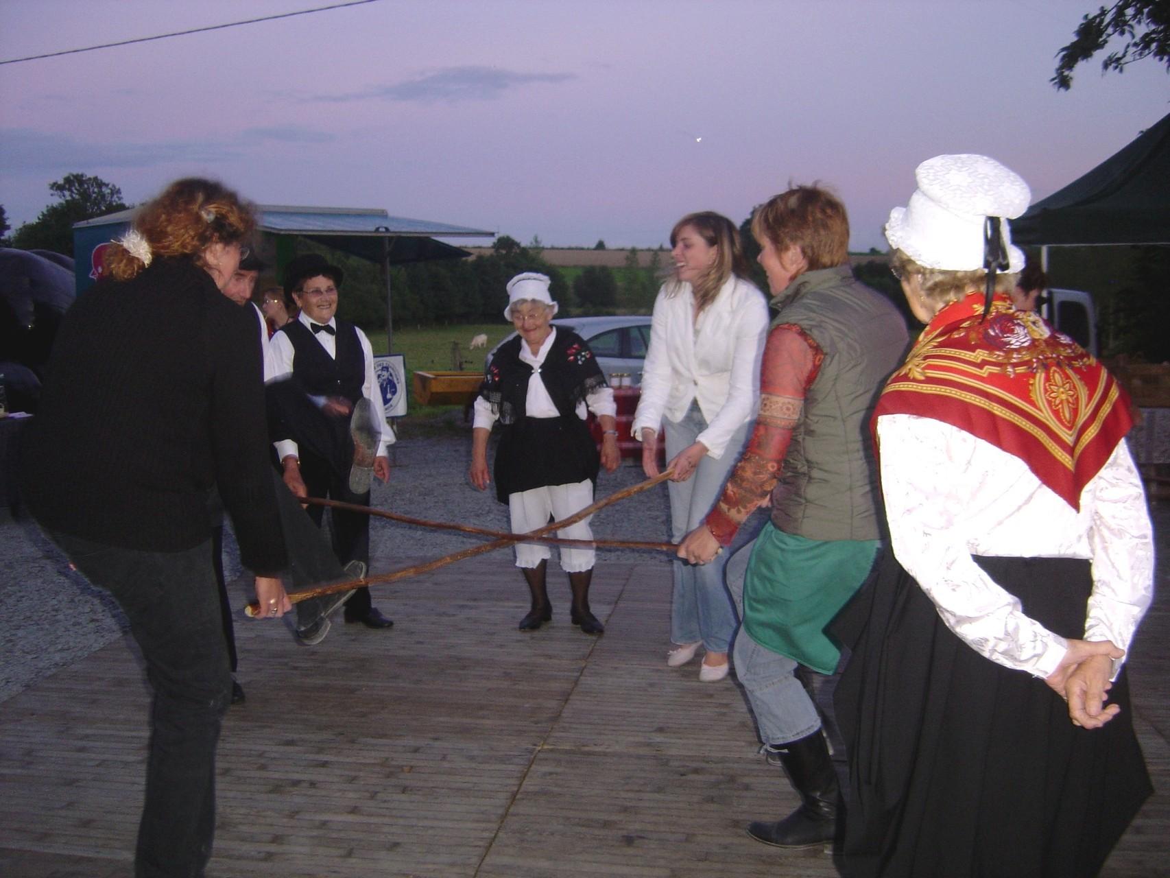 Le groupe de danseurs met à contribution le public pour la danse du bâton