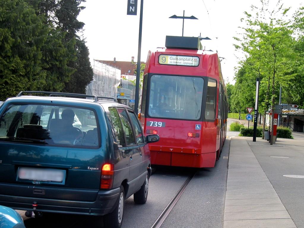 Les voitures doivent attendre derrière le tram